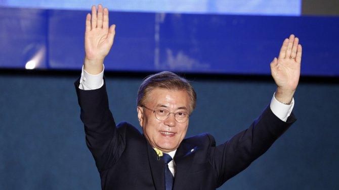 00efdaf0dc30cb Le président Moon Jae-in a travaillé étroitement avec Roh Moo-hyun (qui a  mené la Politique du rayon de soleil). Moon était son chef de cabinet.